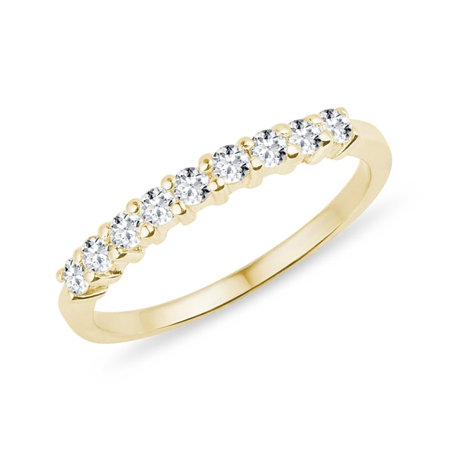 Fine diamond ring in yellow gold