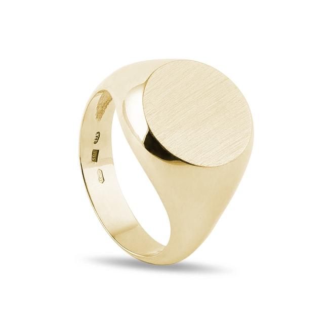 Round signet ring in yellow gold