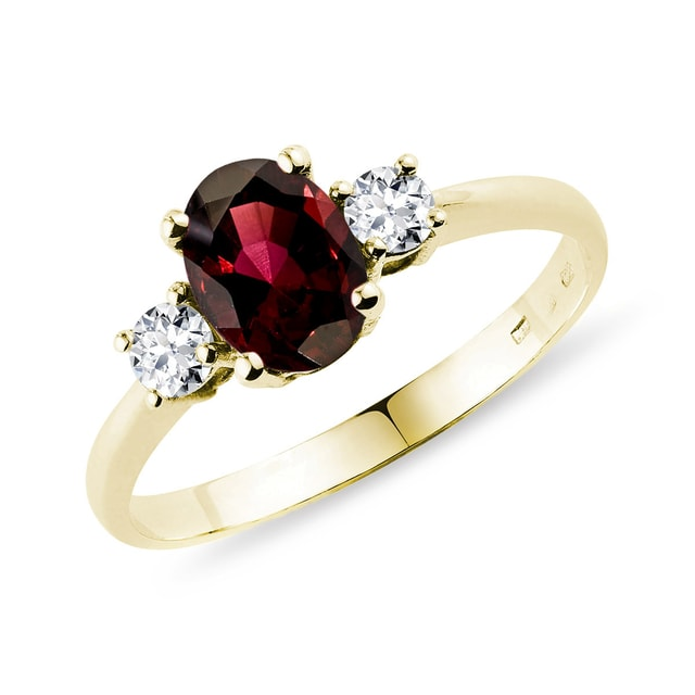 Ring made of yellow 14k gold with a garnet
