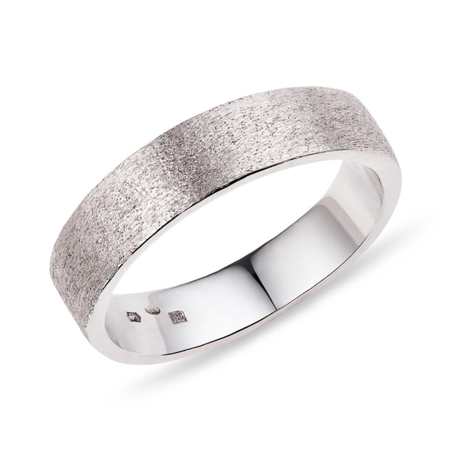 Sandblasted men's ring in white gold