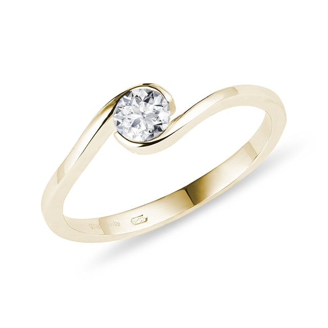 Asymmetric diamond ring in gold
