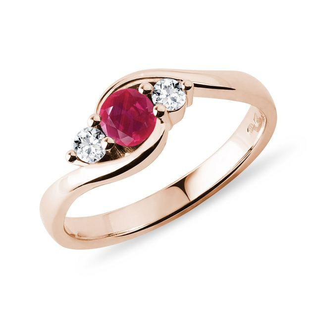Ruby ​​and diamond ring in rose gold