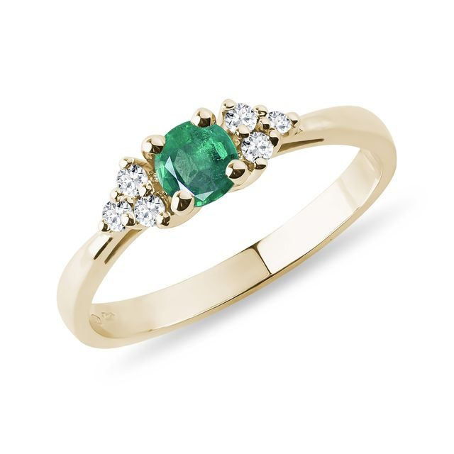 Ring with an emerald and diamonds
