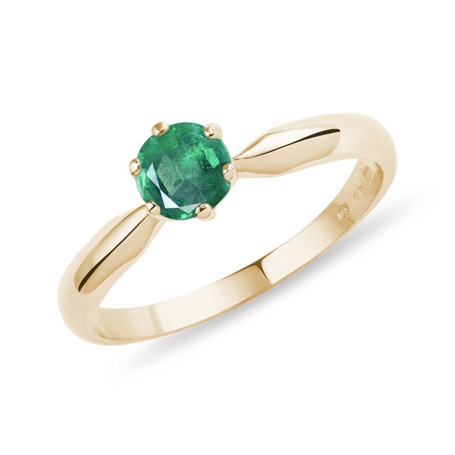 Round emerald ring in yellow gold