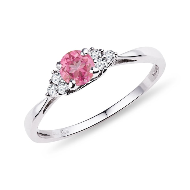 Gold ring with a pink sapphire and diamonds