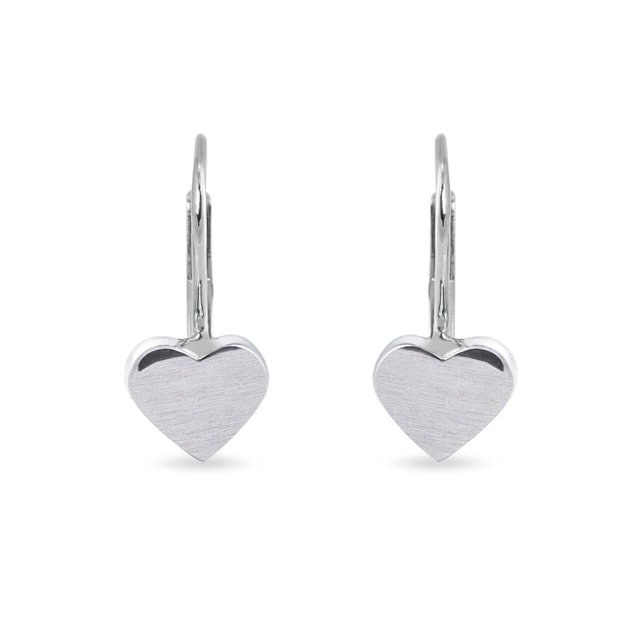 Matte heart-shaped earrings in white gold