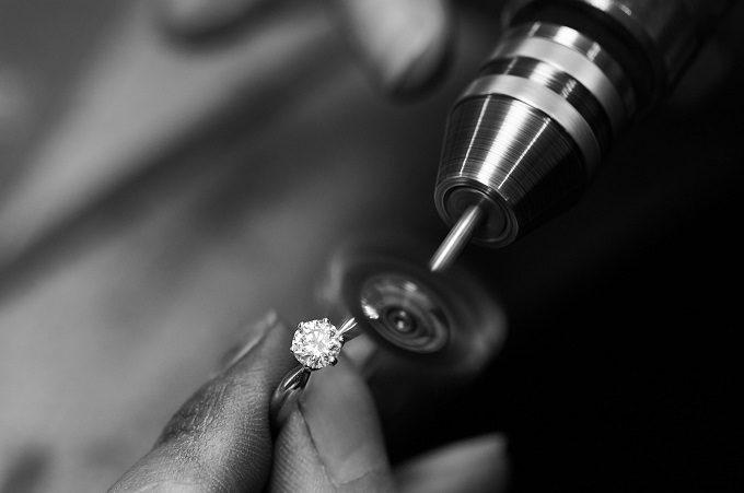 Złoty pierścionek zaręczynowy z diamentem - atelier KLENOTA
