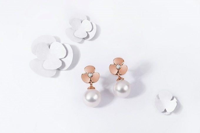 Boucles d'oreilles  en or rose avec ornements en forme trèfle, diamants et perles de la collection Yetel - KLENOTA