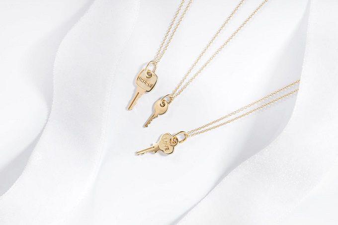 Colliers et pendentifs avec clés en or jaune - KLENOTA