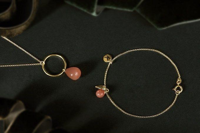 Goldene Halskette und Armband mit Blatt, Mond und Sonnenstein aus der Seasons-Kollektion - KLENOTA