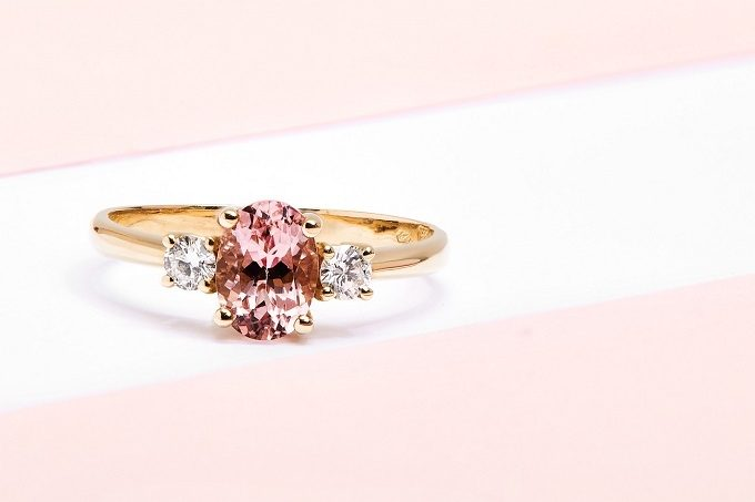 Bague en or jaune avec morganite et diamants - KLENOTA