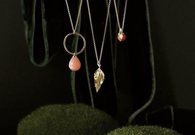 Colliers en or avec pendentif en feuille, pierre de lune et corail de la collection Seasons - KLENOTA