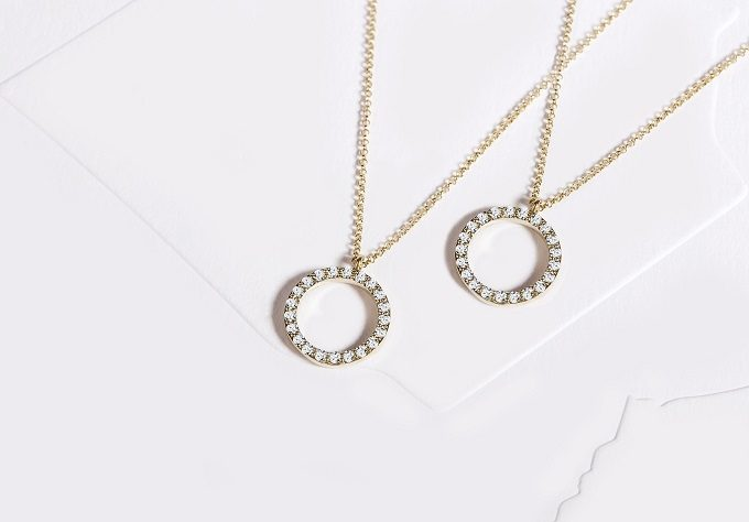 Gold necklaces with diamonds - KLENOTA