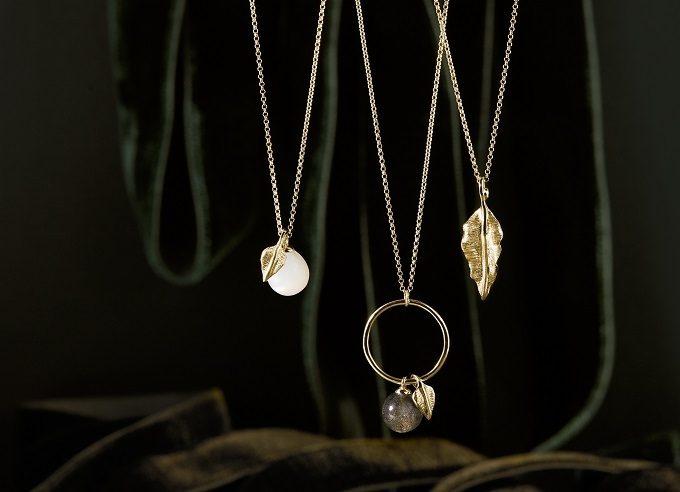 Colliers en or avec pendentif en feuille d'arbre, pierre de lune et labradorite de la collection Seasons - KLENOTA