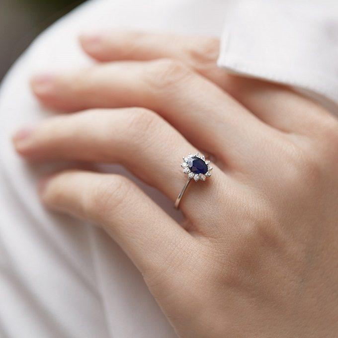 Bague de fiançailles en or blanc avec saphir et diamants - KLENOTA