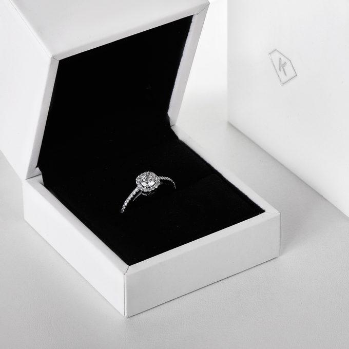 Zásnubní halo prsten v bílém zlatě - KLENOTA