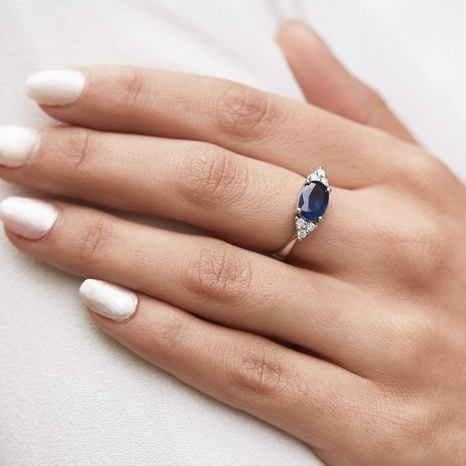 Engagement ring with sapphire and diamond in white gold - KLENOTA
