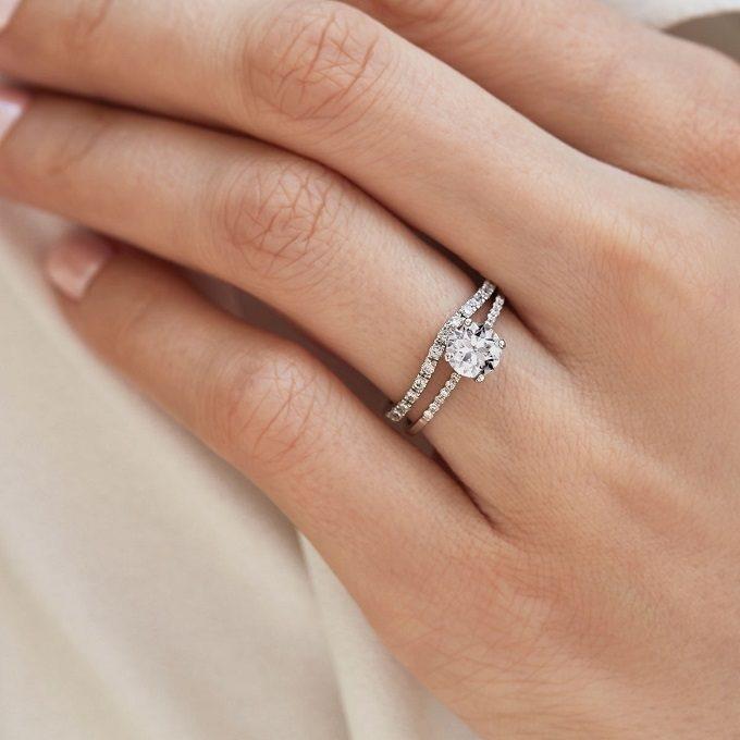 Połączenie diamentowego pierścionka zaręczynowego i obrączki z białego złota - KLENOTA