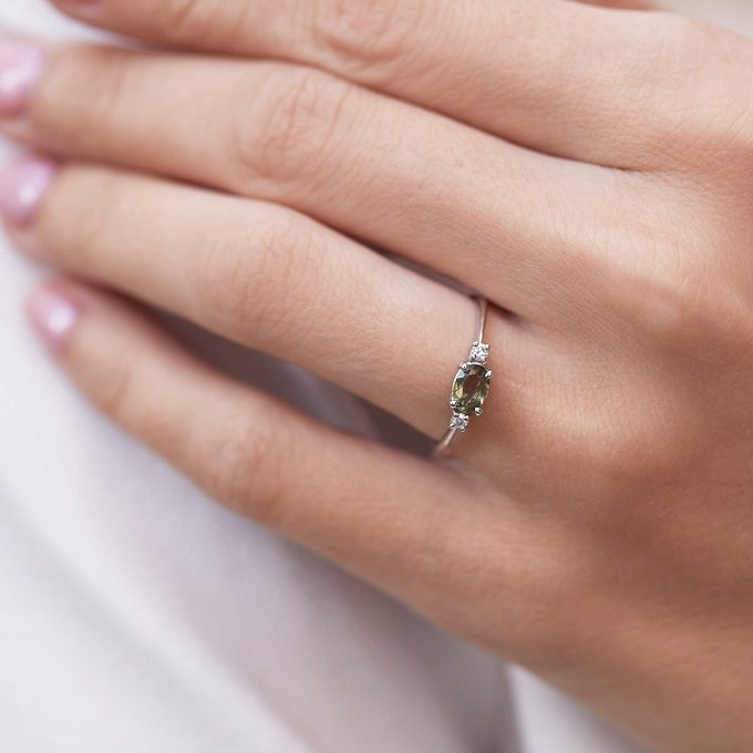 Bague en or blanc avec moldavite et diamants - KLENOTA
