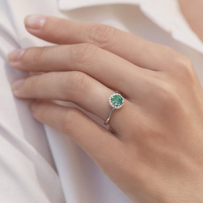 White gold engagement ring with emerald and diamonds - KLENOTA