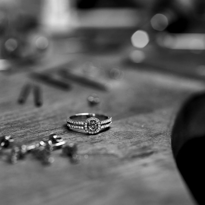 luxusní zásnubní prsten s diamantem a drobnými diamanty - KLENOTA