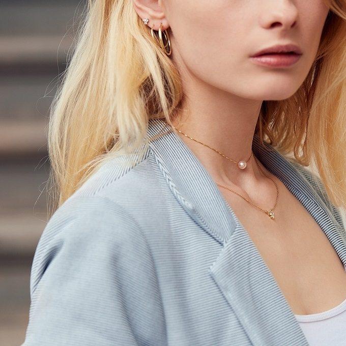 Złoty łańcuszek z perłą i diamentowym naszyjnikiem - KLENOTA