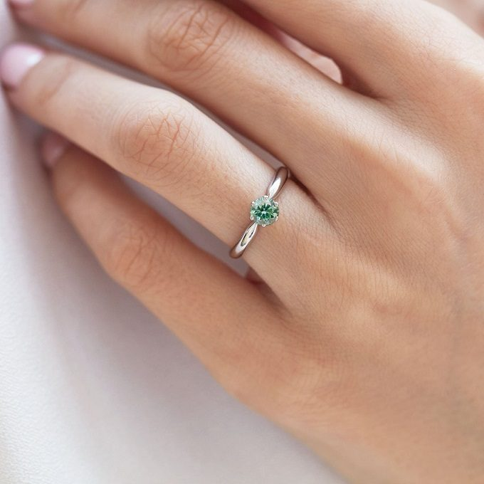 White gold ring with green diamond - KLENOTA