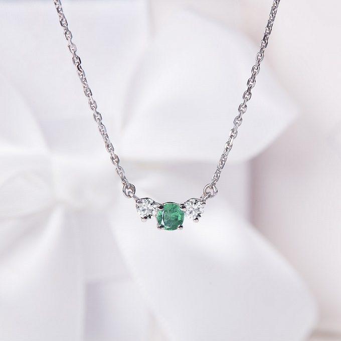 Collier en or blanc avec émeraude et diamants - KLENOTA