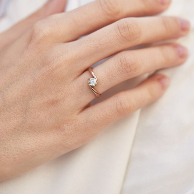 Goldener Verlobungsring mit Diamant - KLENOTA
