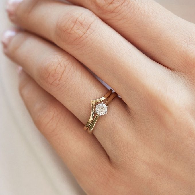 Połączenie złotego pierścionka zaręczynowego i obrączki - KLENOTA