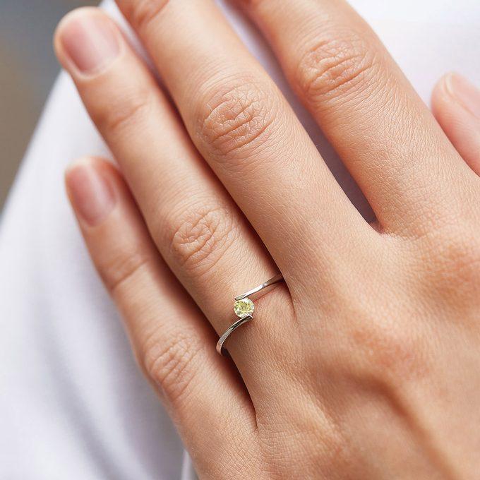 zásnubný prsteň so žltým prírodným diamantom v bielom zlate - KLENOTA