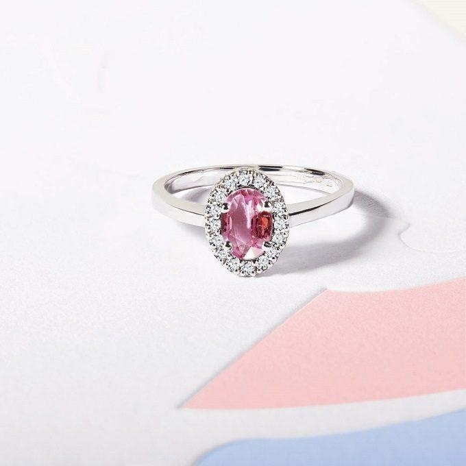 Pierścionek zaręczynowy z białego złota z różowym szafirem i brylantami - KLENOTA
