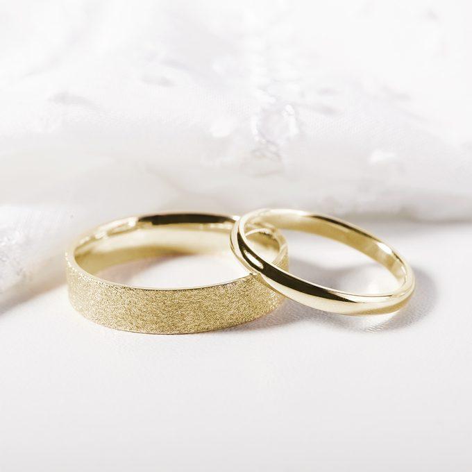 klasický dámský a pánský snubní prstýnek ze žlutého zlata - KLENOTA