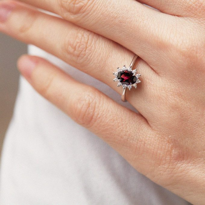 ring with garnet and diamonds in white gold - KLENOTA