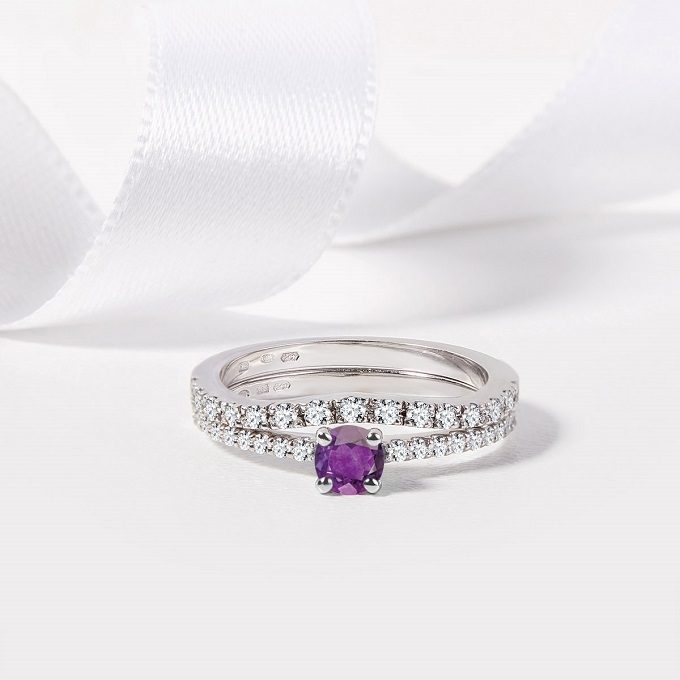 White gold ring with amethyst and diamonds and a diamond wedding ring - KLENOTA