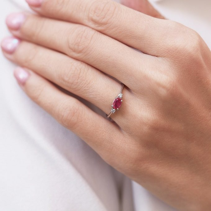Prsten s rubínem a diamanty v bílém zlatě - KLENOTA