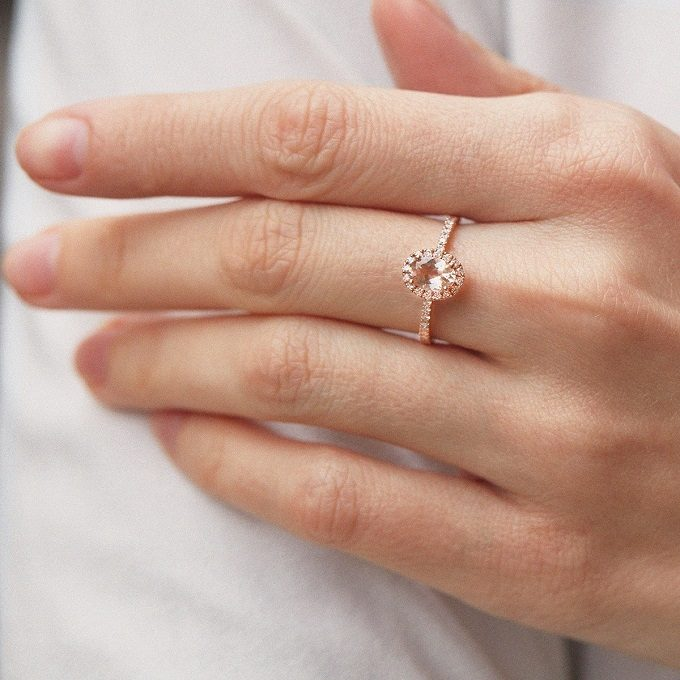 Bague halo en or rose avec morganite et diamants - KLENOTA