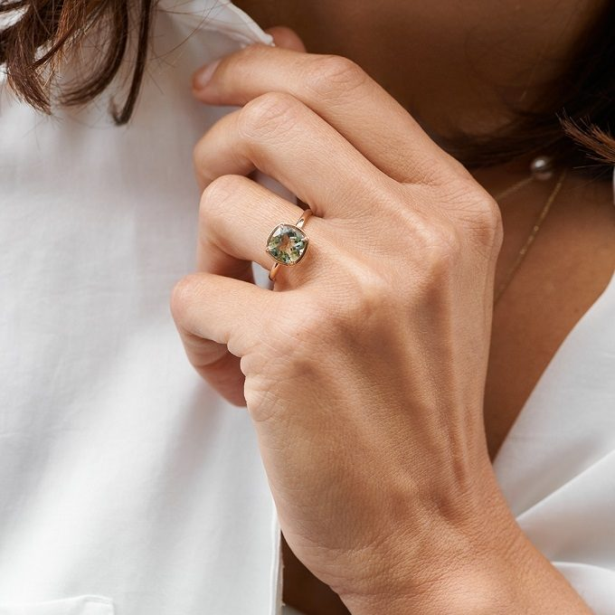 Gold ring with green amethyst in cushion cut - KLENOTA