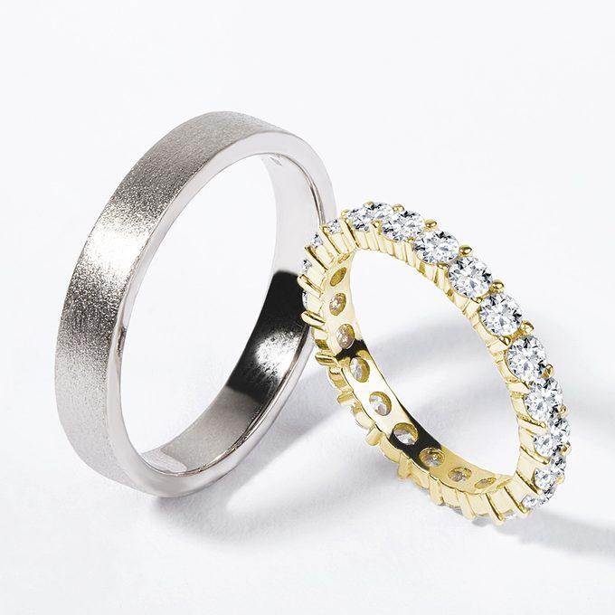 moderní matný pánský snubní prsten a diamantový dámský snubní prsten - KLENOTA