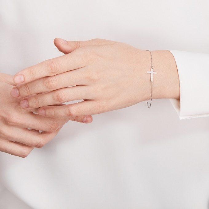 White gold bracelet with a cross charm - KLENOTA