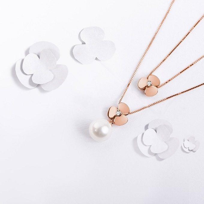 Colliers en or rose avec pendentif en trèfle, diamant et perle de la collection Yetel - KLENOTA