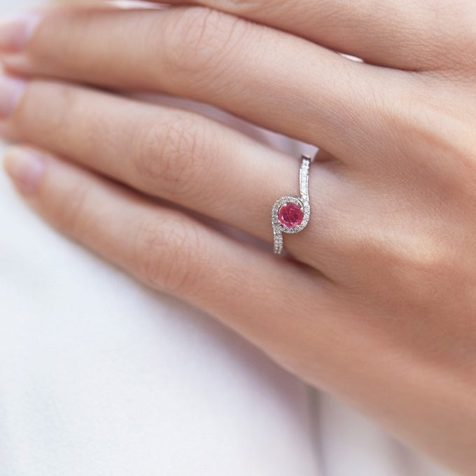 HALO ring with a ruby and diamonds in white gold - KLENOTA