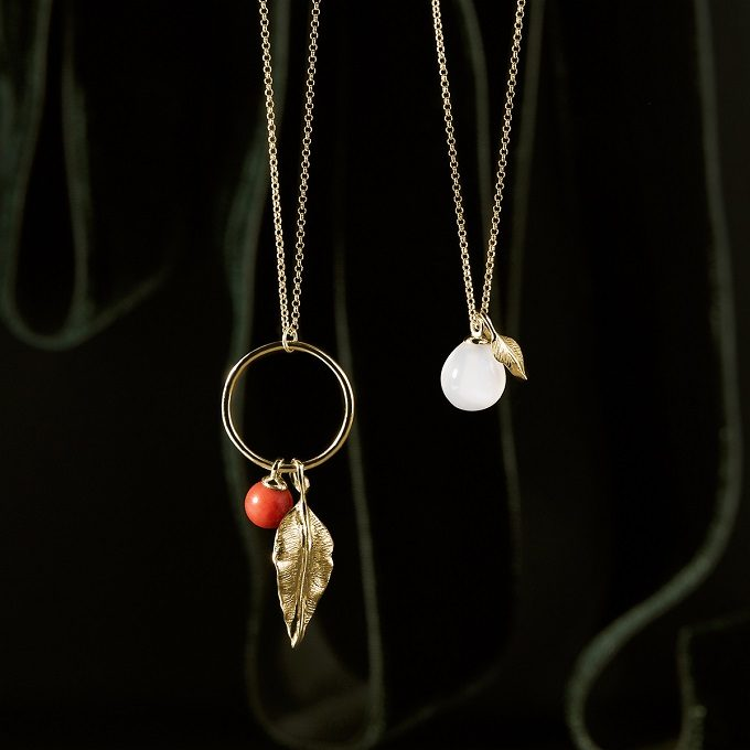 Gold necklaces with a seaf, moonstone and coral from the Seasons collection - KLENOTA