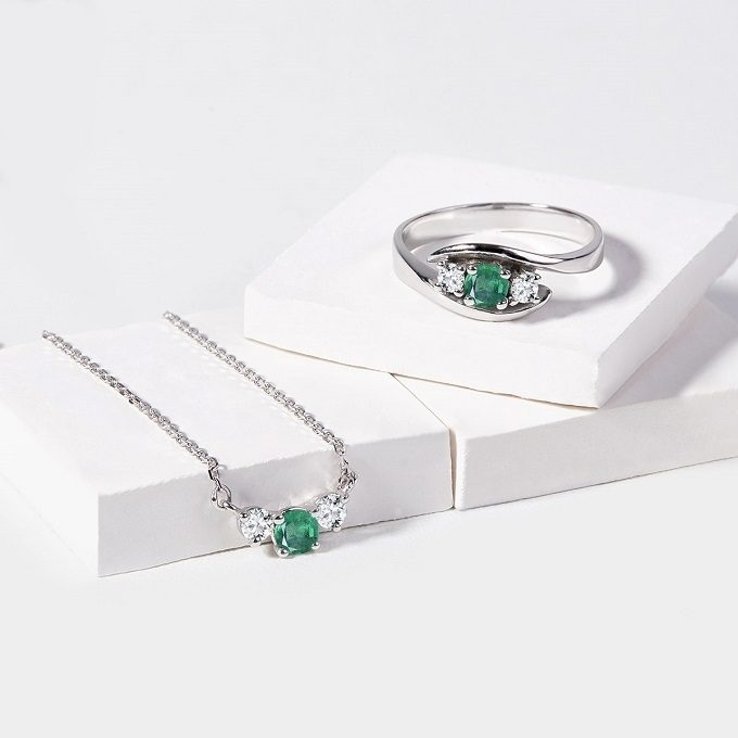 A ring and a necklace with an emerald and diamonds - KLENOTA