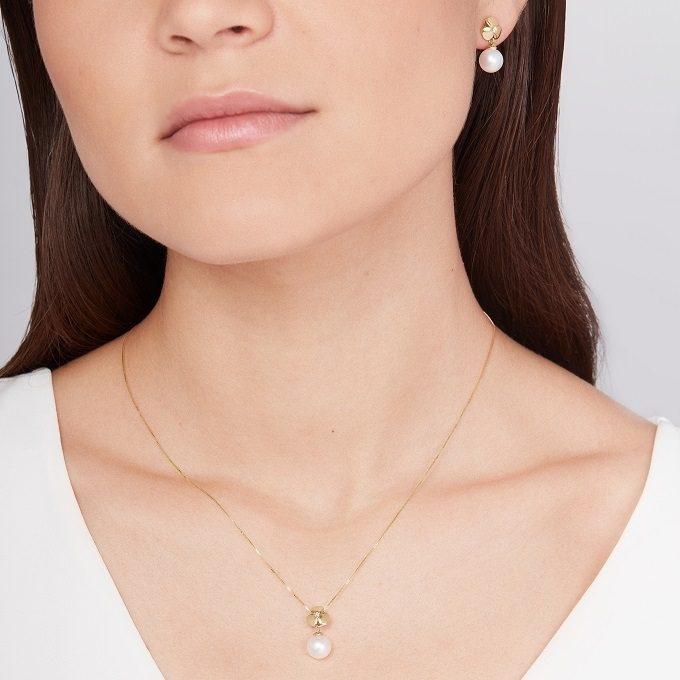 Collier en or jaune avec motif en forme de trèfle, diamant et perle de la collection Yetel - KLENOTA