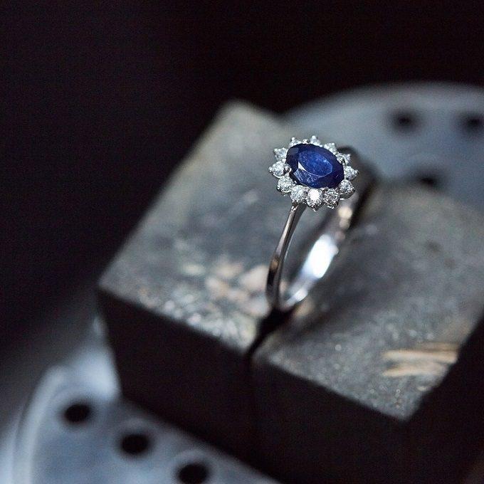 Bague en or blanc avec saphir et diamants - KLENOTA atelier