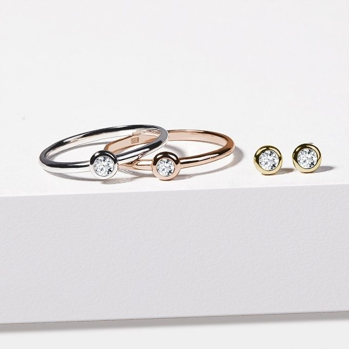Gold earrings and rings with diamonds in bezel setting - KLENOTA