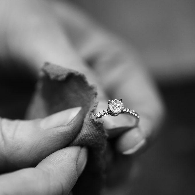 zásnubní prsten s briliantem a drobnými diamanty - KLENOTA