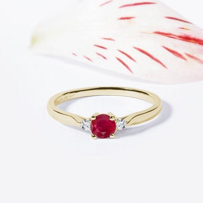 Złoty pierścionek z rubinem i brylantami - KLENOTA