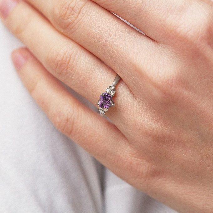 White gold ring with heart-shaped amethyst and diamonds - KLENOTA